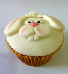 Make your Easter Holiday celebration special with creative these Easter Bunny Cupcake & Cake Decorating Ideas and have a look at the coolest Easter Bunny cupcakes. Easter Cake Pops, Easter Bunny Cupcakes, Easter Cookies, Easter Treats, Bunny Cakes, Cupcakes Lindos, Fun Cupcakes, Cupcake Cookies, Bolo Minion