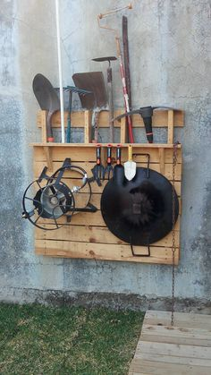 #Garden, #Holder, #RecyclingWoodPallets, #Tools I used one single pallet to make this garden tools holder where I can put all those things that are not used daily, but when the squatters should be at hand.   Les ha ocurrido que necesitan usar la pala (por ejemplo) y saben que la tienen, el
