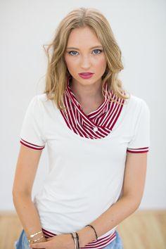Süßes Shirt aus creme weiß farbenem Viskosejersey. Der locker fallende Kragen ist aus rot weiß gestreiftem Viskosejersey.  Die kurzen Puffärmelchen und der Knopf am Ausschnitt sind weitere hübsche...