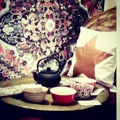 ART OF TEA  Salon de thé / Boutique décoration ethnique chic Béziers Tea Art, Decoration, Tapestry, Boutique, Painting, Home Decor, Living Room, Decor, Hanging Tapestry