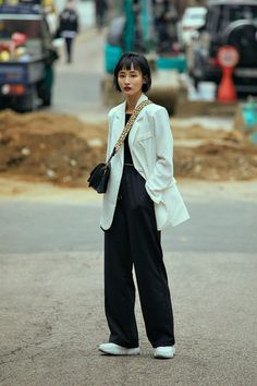 Street fashion Women's Style in Seoul May 2020 – écheveau Casual Street Style, Street Style Women, Kpop Fashion, Fashion Women, Female Fashion, Chic Outfits, Fashion Outfits, Smart Outfit, Androgynous Fashion