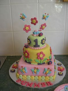Love the bugs! Cutest birthday cake for those who love butterflies, ladybugs and flowers.
