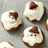 How cute are these chocolaty melting snowmen cookies? Better yet, these Christmas cookies are easy to make, too--no rolling pin needed, and the frosting is simply melted vanilla-flavored candy coating. Could also frost cupcakes this way. Christmas Goodies, Christmas Treats, Holiday Treats, Holiday Recipes, Christmas Cupcakes, Christmas Recipes, Christmas Chocolate, Holiday Parties, Cute Christmas Cookies