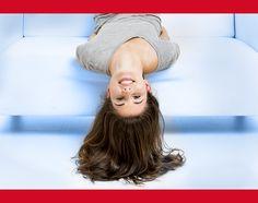 2° sfida contro la gravità 🙃  Sdraiati a testa in giù di fronte ad uno specchio. Osserva la pelle e i contorni del viso, cosa noti?
