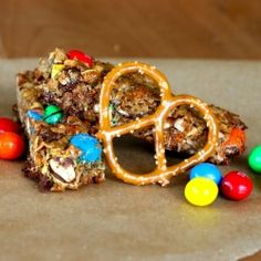 Chewy peanut butter pretzel granola bars with peanut m Super easy to throw together!