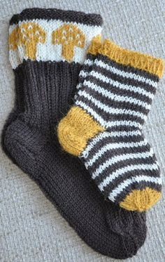 Grey and yellow - love these colors together Crochet Socks, Knitting Socks, Knitted Hats, Knit Crochet, Knitting Kits, Knitting For Kids, Baby Knitting, Lots Of Socks, Knitting Patterns