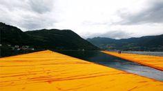 Miles de personas han probado la última instalación del artista conceptual Christo: una pasarela de tres kilómetros de largo sobre un lago en el norte de Italia.