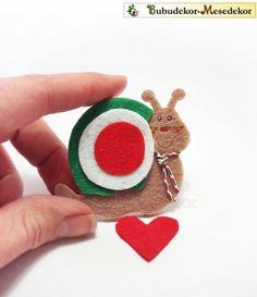 nemzeti színű csigusz :) Animal Crafts, Felt Art, Spring Crafts, Christmas Ornaments, Sewing, Holiday Decor, Holidays, Creative, Dressmaking