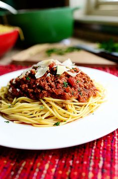 Pioneer Woman spaghetti sauce This is about the BEST spaghetti sauce I have ever had! Sour Cream Noodle Bake, Meat Sauce, Marinara Sauce, Tomato Cream Sauces, Tomato Sauce, Garlic Cheese Bread, Homemade Spaghetti Sauce, Yogurt Smoothies, Pioneer Woman Recipes
