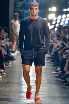 Murilo Lomas presented his Spring/Summer 2017 collection during São Paulo Fashion Week. Short Outfits, Summer Outfits, Casual Outfits, Men Casual, Fashion Outfits, Fashion Trends, Preppy Mens Fashion, Fashion Moda, Male Fashion