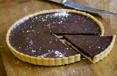 Valentine's day is creeping upon us, and with it comes the urge to indulge is something sweet. Check out this recipe for a chocolate banana tart - keto, paleo, and gluten free friendly! Low Calorie Chocolate, Chocolate Crunch, Dairy Free Chocolate, Oatmeal Chocolate Chip Cookies, Chocolate Pies, Chocolate Treats, Healthy Chocolate, Chocolate Recipes, Strawberry Cheesecake Bars
