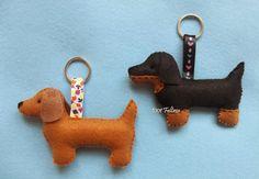 Decoração personalizada com cachorrinhos dachshund, marrom e preto.     Foram dois chaveiros, um enfeite tipo peso de porta, mas fiz le...