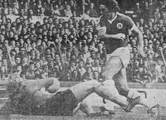 Everton 2 Wolves 0 in Sept 1978 at Goodison Park. Bob Latchford rounds Paul Bradshaw to make it 1-0 #Div1