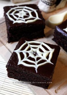 For halloween. could cover these in royal icing…yummm Spiderweb Brownies. For halloween. could cover these in royal icing…yummm Halloween Backen, Soirée Halloween, Halloween Sweets, Halloween Party Snacks, Halloween Goodies, Halloween Recipe, Halloween Deserts Easy, Halloween Brownies, Halloween Cupcakes