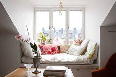 okno w małym pokoju