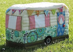 Vintage camper sewing machine cover. Not that my machine stays idle for more than a few hours at a time, but still! Adorable.