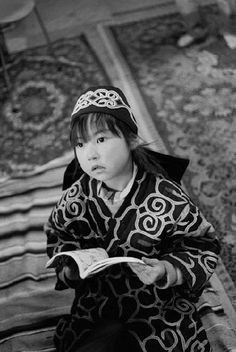 'Ainu, Portrait of the Wind' series, 2013 by Makiko Ui Ainu People, Japanese Outfits, Japanese Clothing, Photographs Of People, Antique Photos, World Cultures, First Nations, Historical Clothing, Japanese Art