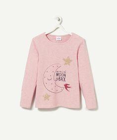 LE T-SHIRT PYJAMA HILARY :                     Un pyjama confortable aux imprimés trop rigolos ! A avoir dans plusieurs couleurs et à porter avec le pantalon de pyjama HILDA !            LE PYJAMA HILARY, col rond, manches longues, imprimé.