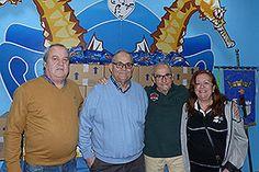 El presidente de la Casa de la Tercera Edad de la calle Pedro Lorca, José Torres Pérez, entregó un lote de desayunos compuesto por 1.000 zumos pequeños y 120 bolsas de magdalenas para los niños de las familias beneficiarias de la ONG Alimentos Solidarios. La donación fue recogida por los representan