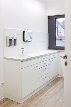 labor arbeitsbereich mit urin durchreiche in der wand praxiseinrichtung pinterest. Black Bedroom Furniture Sets. Home Design Ideas