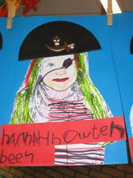 Foto's van de kinderen laten veranderen in piraten en hierbij een piratennaam laten verzinnen door de kindere. Deze hebben ze er zelf bij ge...