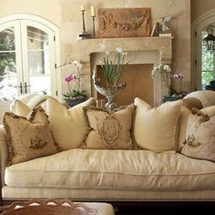 I LOVE this room: single cushion Settee, Aubusson pillows, relief in the…