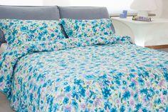 """Copripiumino Capri Azzurro  Capri Azzurro """"Fiore d'Inverno"""" - Una composizione floreale dalle diverse sfumature di azzurro e di lilla, in grado di evocare le tenui note di un mattino di primavera ancora cullato dal soffice velo dell'inverno - Percalle di cotone 100%"""