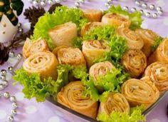 Γιορτινή σαλάτα με κρέπες , παντζάρια και κοτόπουλο Sprouts, Cabbage, Vegetables, Food, Gastronomia, Essen, Cabbages, Vegetable Recipes, Meals