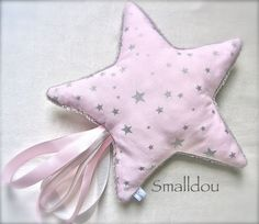 Faire un doudou étiquette avec la forme d'une étoile Coin Couture, Baby Couture, Diy Baby Gifts, Baby Crafts, Dou Dou, Diy Bebe, Sewing Projects For Kids, Baby Pillows, Stuffed Toys Patterns