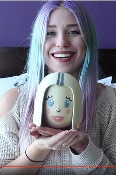 Taataaa! Das ist der Bibi-Emoji, den die YouTuberin als Twitterstar 2016 gewonnen hat. Zugeben, der Award ist nicht die schönste Abbildung von Bianca, aber Ugly Dresses, Youtube Stars, My Dear Friend, Smiley, Mermaid, Social Media, Hair, Collection, Spas