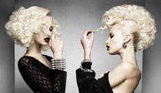 Vlny vypadají ještě efektněji na platinových blond polodlouhých společenských účesech.