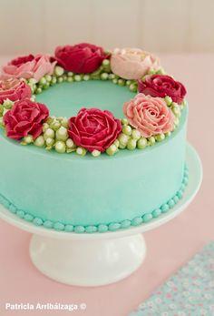 Torta con flores de buttercream Pretty Cakes, Beautiful Cakes, Amazing Cakes, Creative Desserts, Creative Cakes, Fondant Cakes, Cupcake Cakes, Eid Cake, Violet Cakes