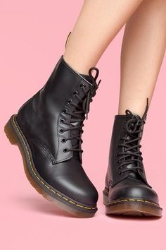 New Boots Outfit Fall Doc Martens Ideas Dr. Martens, Red Doc Martens, Doc Martens Style, Doc Martens Outfit, Doc Martens Boots Black, Doc Martins Boots, Dr Martens 1460, Sock Shoes, Cute Shoes