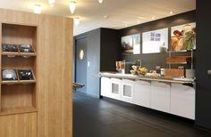 1115-University Guesthouse-het buffet en de deur naar de keuken
