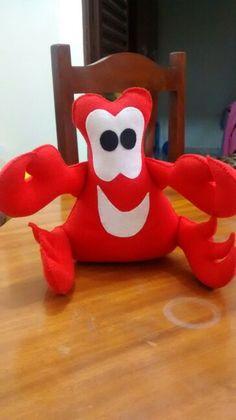 Sebastião - Pequena Sereia ... Ariel The Little Mermaid, Finger Puppets, Quilt Blocks, Crafts To Make, Headbands, Fairy Tales, Dinosaur Stuffed Animal, Sewing Projects, Plush
