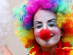 09 fev 2013, Carnaval de Rua, Bairro da Lapa, Rio de Janeiro - Jovem vestida de palhaço se diverte em bloco. (Foto: Ale Silva/Futura Press/Estadão Conteúdo)