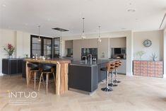 Eine harmonische Küche aus perfekter Komposition von Symmetrie und klarer Linienführung.   INTUO = Exklusive Küchen für jene, die das Außergewöhnliche suchen  #exklusiveküche #küchendesign #kueche #küche #küchen #kücheninspiration #kitchen #kitchendesign #kitcheninspiration #küchenidee #kücheeinrichten #kücheninsel Küchen Design, Decorating Kitchen, Kitchen Inspiration, Cake