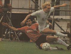 10-05-1987: Aanvallend onmachtig FC Groningen verliest van matig PSV. Foto: Vanenburg vloert Joop Gall. #gropsv