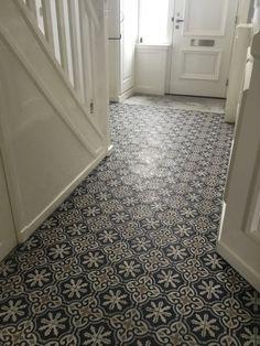 Portugese cementtegels in je hal. Altijd een succes! Hier toegepast de cementtegel FEZ 07. Collectie FLOORZ Tile Floor, Flooring, House, Home, Tile Flooring, Wood Flooring, Homes, Floor, Houses