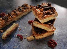 Kókusz-karamell-dió szelet, tavaszi tervek Sweet Cakes, Sweets, Cookies, Cream, Desserts, Food, Caramel, Sweet Pastries, Creme Caramel