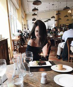 "14.6 mil curtidas, 175 comentários - Vic Hollo (@vicqueen) no Instagram: ""happiest birthday girl!!!! hoje eu tô me sentindo especialmente sortuda e só quero agradecer.…"""