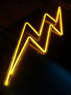 Lightning - neonskilt formet som et flot gult lyn Mellow Yellow, Black N Yellow, Black Neon, Pink Yellow, Tumblr Neon, All Of The Lights, Neon Aesthetic, Aesthetic Black, Aesthetic Food