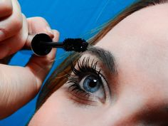 Learn how to properly apply mascara without clumping. It's all in the application and we show you one mascara and 2 results. You will love to lengthen your lashes and open your eyes. Watch the video now. Best Volumizing Mascara, Best Drugstore Mascara, Mascara Primer, Mascara Brush, Curling Eyelashes, False Eyelashes, Maybelline, Vitiligo Treatment, Jojoba