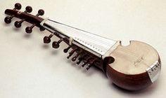 SAROD El sarod  es un instrumento solista de la música clásica del Norte de la India. Como en el caso de otros instrumentos melódicos principales, está generalmente acompañado por los tambores tabla y por la tampura. En algunas ocasiones aparece en Jugalbandi -dúo instrumental- al lado del sitar o del Violín.