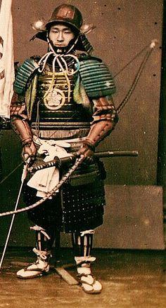 Samurai wearing armor and holding a yumi (bow). Ronin Samurai, Samurai Weapons, Samurai Armor, Geisha, Katana, Japanese Warrior, Japanese Sword, Kendo, Japanese History