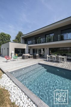 The white pebbles present the hyperlink between the expanse of garden and the sting of this modern swimming pool in Belgium. Backyard Pool Designs, Swimming Pools Backyard, Swimming Pool Designs, Modern Landscaping, Outdoor Landscaping, Moderne Pools, House Outside Design, Pool Colors, Rectangular Pool