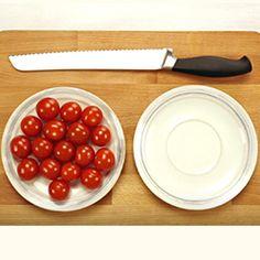 Video Tutorial di cucina che spiega come fare a tagliare 20 pomodorini in 5 secondi, avendo a disposizione due piattini e un coltello.