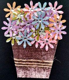 enfeites em forma de cupcakes ou de vasinho de flores, feitos em papel decorado, flores, strass e p�rolas. Ideal para utilizar em scrapbook ou para decorar embalagens de presente. Pre�o especial para quantidades acima de 12 unidades. <br>Tamanho cupcake: 6x6 <br>Tamanho vasinho: 6x7