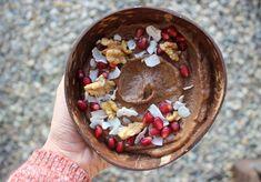 Schoko-Bowl mit Granatapfel, Kokosflocken und Walnüsse Vegan, Acai Bowl, Breakfast, Food, Coconut Flakes, Pomegranate, Gluten Free Recipes, Healthy Recipes, Food Food