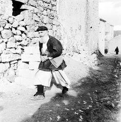 Anziano in abito tradizionale di Orgosolo metà  degli anni 50